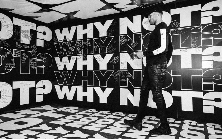 Черно-белое фото с крупным контурным шрифтом на фоне