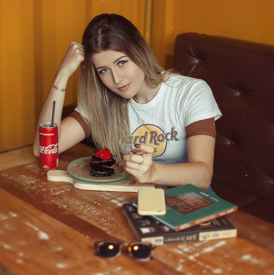 Девушка за столом с чаем