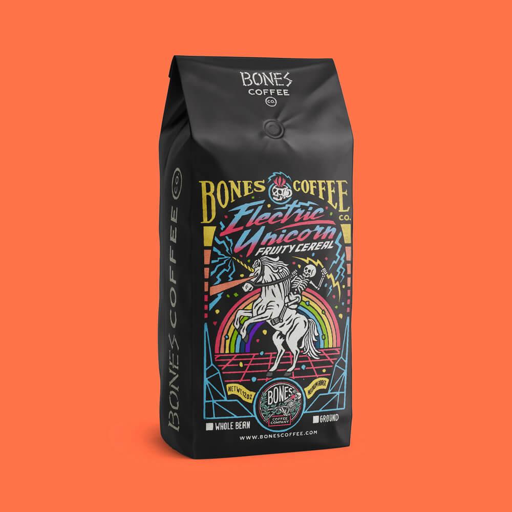 чёрная упаковка с кофейными зёрнами на которой скелет верхом на коне в цветах радуги