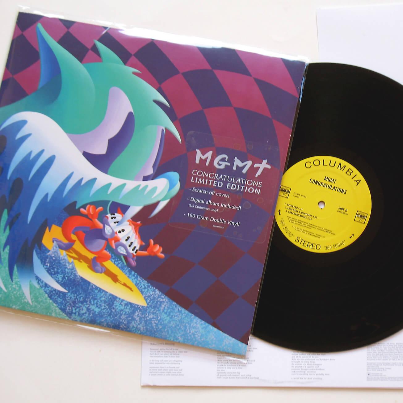 обложка к виниловому диску на которой мышка на сёрфинге пытается уйти от кота в форме волны