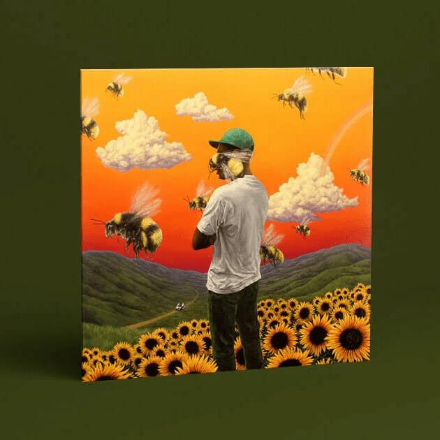 человек в белой футболке стоит в поле с подсолнухами, вокруг летают пчёлы