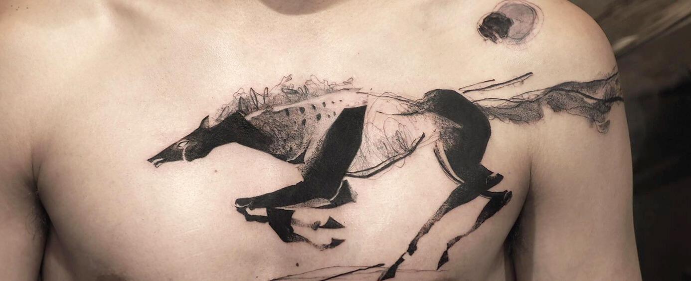 татуировка с бегущим конем набитая на груди