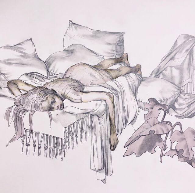 поникшая девушка лежит на кровати с подушками