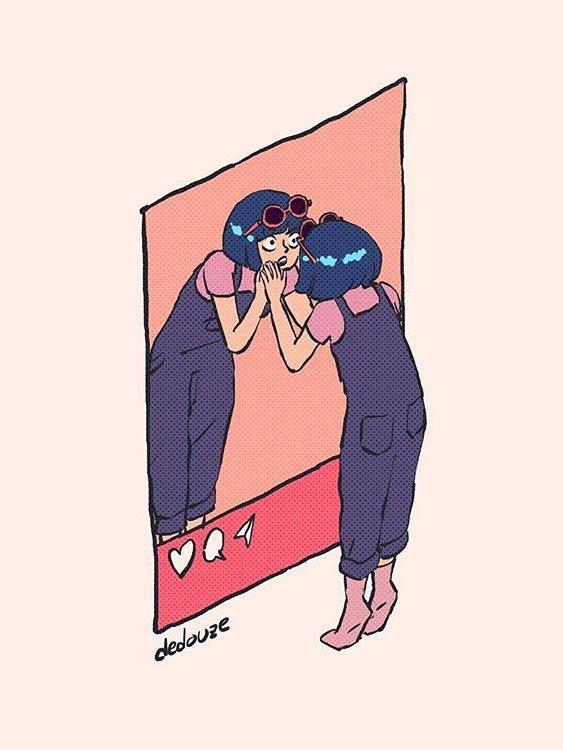девушка с удивлением смотрит в зеркало инстаграма