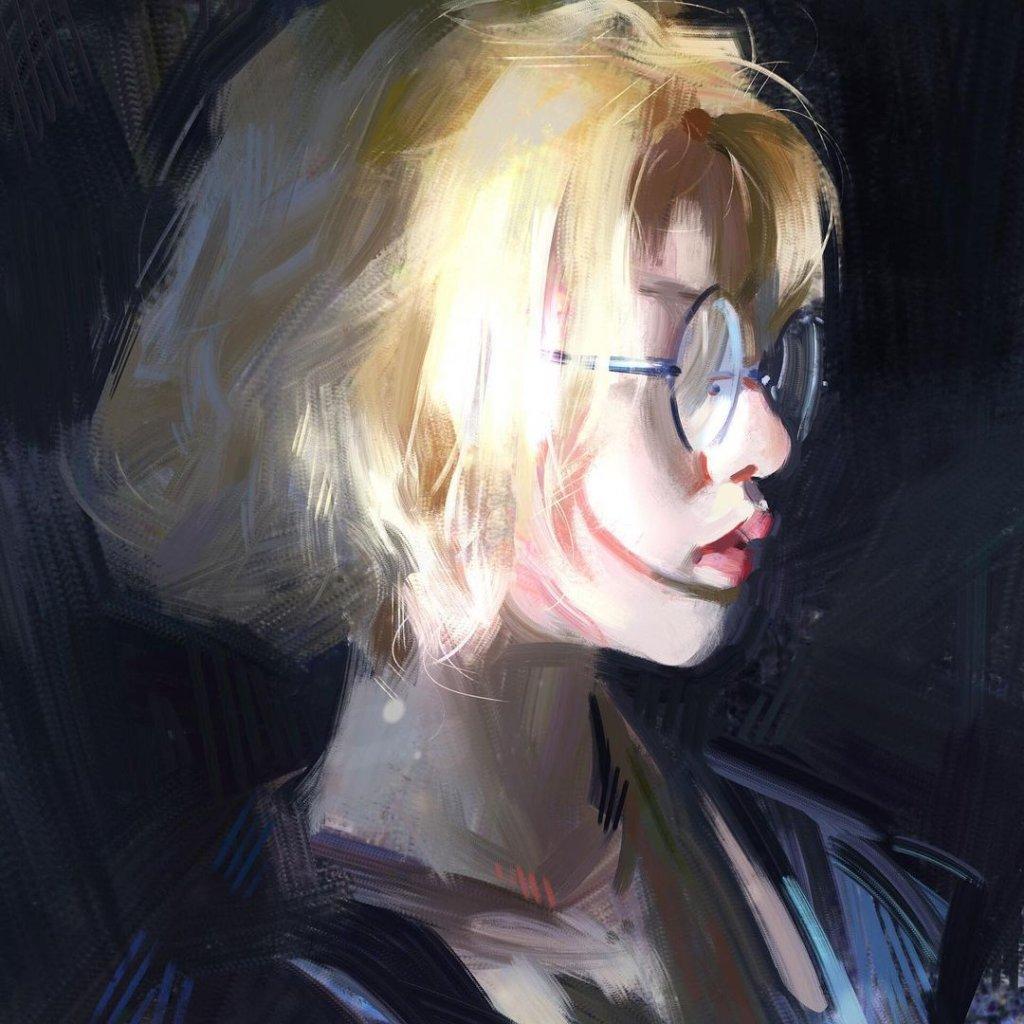 портрет девушки блондинки в очках
