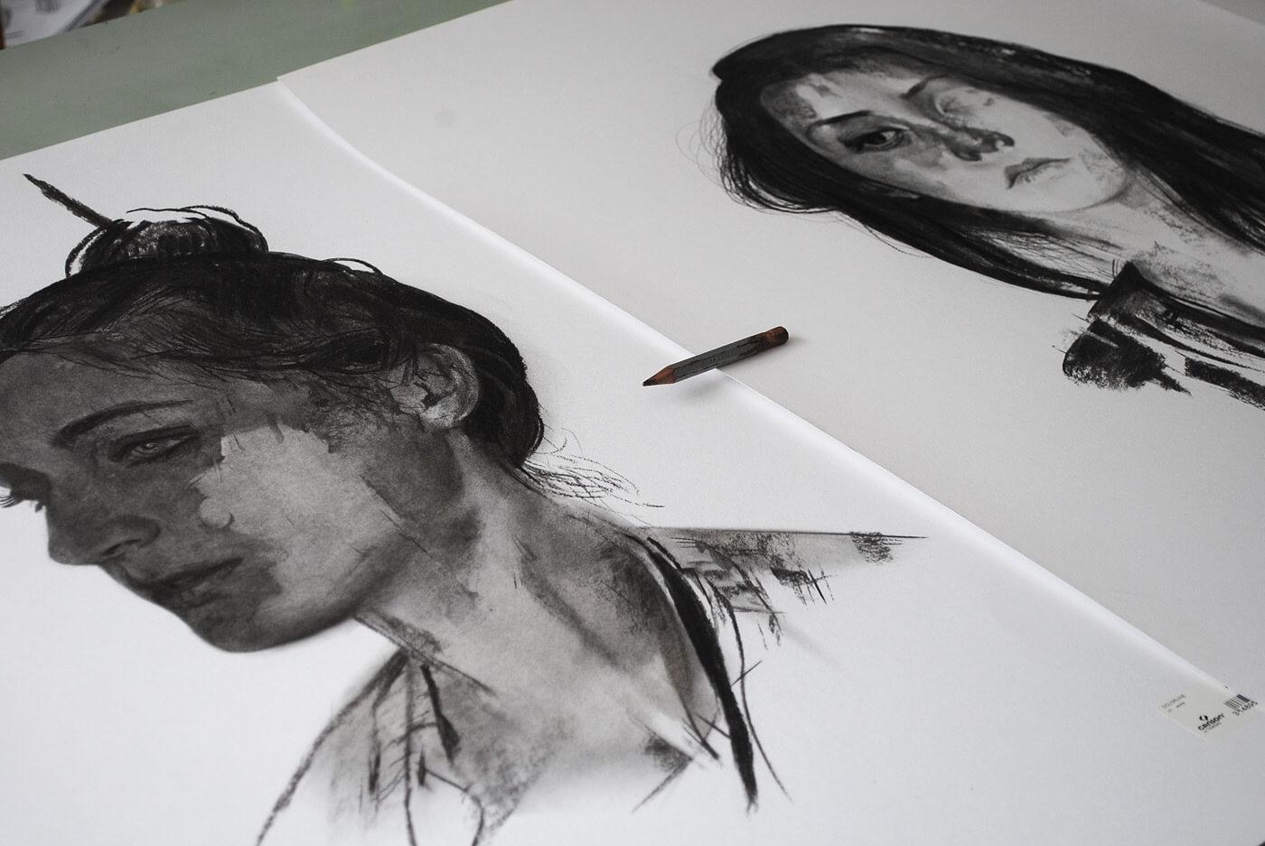 два портреты женщин на бумаге